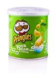 Pringles frytki, kwaśna śmietanka & cebula, obrazy stock