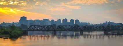 Prins av den Wales stångbron och stadsscape i morgonen royaltyfri foto