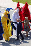 Prins Charles Camilla Stilt People Saint John stock foto's