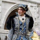 Prins Charming in Venetië Carnaval De historische Bouw op de achtergrond Venetië, Italië stock afbeeldingen