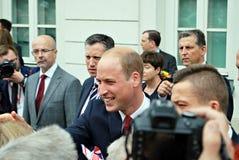 Prins William bland folkmassorna i Warszawa Arkivbild