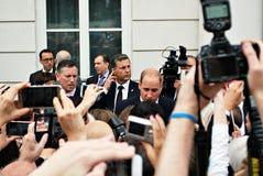 Prins William bland folkmassorna i Warszawa Arkivfoton