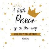 Prinsen för text är lite på vägen med guld- stjärnor, guld- krona Mall för baby shower för pojkefödelsedaginbjudan royaltyfri illustrationer