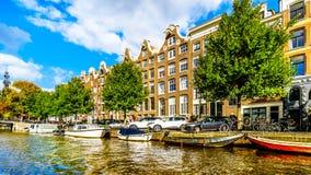 Prinsengracht książe kanał z nim wiele historyczne przyjemności łodzie w centrum Amsterdam i domy fotografia royalty free