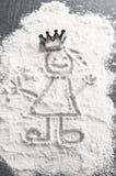 Prinses in bloem met de kroon van de bakselschotel Stock Afbeelding