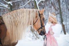 Prinses in kroon met paard in de winter Abstracte fantasieachtergronden met magisch boek Romantische fanatsy royalty-vrije stock foto