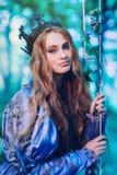 Prinses in magisch bos stock foto