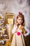 Prinsesmeisje door Kerstboom royalty-vrije stock foto's