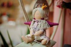 Prinsespop met textiel en naaiende toebehoren stock fotografie