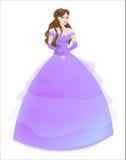 Prinsessa brunetten i en purpurfärgad klänning Royaltyfri Bild