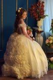Prinsessa i en retro vit klänning stock illustrationer