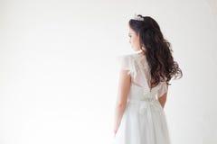 Prinsessa med en krona i den vita klänningen bruden royaltyfri fotografi