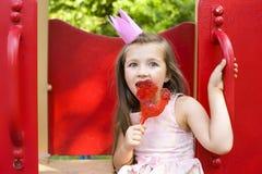 Prinsessa som slickar en klubba Fotografering för Bildbyråer