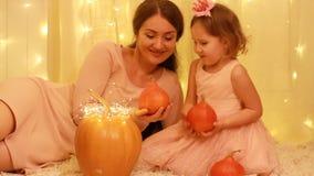 Prinsessabarnflicka med modern som spelar med pumpor och i en saga om Cinderella stock video