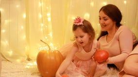 Prinsessabarnflicka med modern som spelar med pumpor och i en saga om Cinderella arkivfilmer