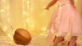 Prinsessan behandla som ett barn i en guld- sko från en saga om Cinderella arkivfilmer