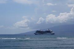 Prinsessan Cruise Ship anslöt offfkusten av Maui med Lanai i th Royaltyfri Bild