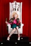 Prinsesvrouw in bontjaszitting op troon Royalty-vrije Stock Foto's