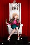 Prinsesvrouw in bontjaszitting op troon Stock Foto's