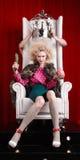 Prinsesvrouw in bontjaszitting op troon Royalty-vrije Stock Foto