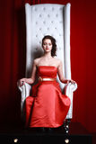 Prinsesvrouw in een rood Stock Afbeeldingen