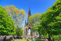 Prinsgataträdgård med Scott Monument som är full av folk Royaltyfria Bilder