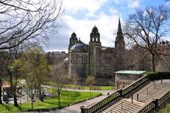 Prinsgataträdgårdar i Edinburg på en solig dag Royaltyfri Foto
