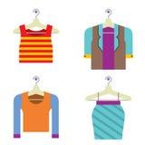 PrintColorful-Frauen-Kleidung auf Aufhänger Stockfotos
