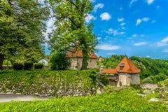 Printemps dans Ozalj, destination croate de voyage photos libres de droits