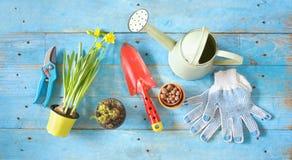 Printemps faisant du jardinage, jeunes ustensiles de jardinage de fleurs, bonne cannette de fil Image stock