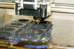 Printer die grijze voorwerpen op close-up van de spiegel het weerspiegelende oppervlakte drukken Royalty-vrije Stock Foto