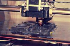 Printer die grijze voorwerpen op close-up van de spiegel het weerspiegelende oppervlakte drukken Stock Foto's