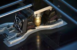 Printer die grijze voorwerpen op het close-up hoogste mening van de spiegel weerspiegelende oppervlakte drukken Royalty-vrije Stock Afbeeldingen