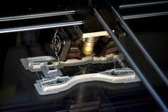 Printer die grijze voorwerpen op het close-up hoogste mening van de spiegel weerspiegelende oppervlakte drukken Stock Fotografie