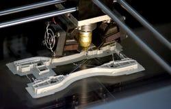 Printer die grijze voorwerpen op het close-up hoogste mening van de spiegel weerspiegelende oppervlakte drukken Stock Afbeeldingen