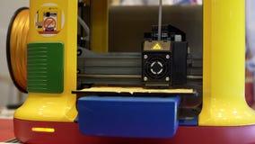 printing 3d av detaljen som skapar objekt med tredimensionella teknologier arkivbilder