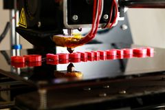 printingord för skrivare 3D med röd plast- Royaltyfri Bild