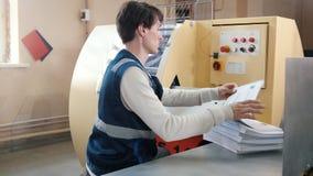 Printingprocess - matande ark av papper, polygrafbransch, slut upp lager videofilmer
