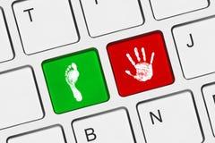PRINTOUT der Hand und des Fusses auf Computertasten Lizenzfreie Stockbilder