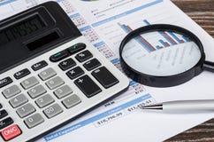 Printout met lijst en grafiek, elektronische calculator, het overdrijven Stock Fotografie