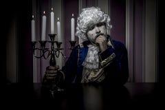 Prinz, Mann kleidete in der Rokokoart, im Konzept des Reichtums und im pover an Stockfoto