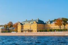 Prinz Menshikov Palace auf dem Damm von Neva-Fluss in St Petersburg, Russland Lizenzfreie Stockbilder