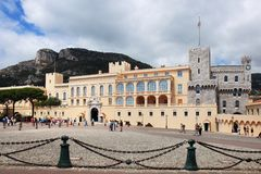 Prinz ` s Palast nach den Felsen in Monaco-Stadt lizenzfreie stockfotografie