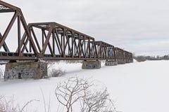Prinz von Wales-Bahnbrücke über gefrorenem Ottawa-Fluss lizenzfreie stockbilder