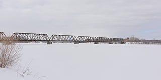 Prinz von Wales-Bahnbr?cke ?ber gefrorenem Ottawa-Fluss stockbilder