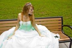Prinzessin auf Bank mit Frosch Lizenzfreies Stockfoto