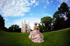 Prinzessin in einem Weinlesekleid vor Schloss Stockfoto