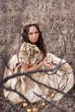 Prinzessin im Goldkleid lizenzfreie stockbilder