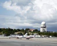 Private Jets und Verkehrssteuerung ragen in Prinzessin Juliana Airport, St. Maarten hoch Lizenzfreie Stockfotos