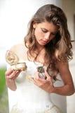 Prinzessin mit Geschenkbrosche in der Hand Stockbilder